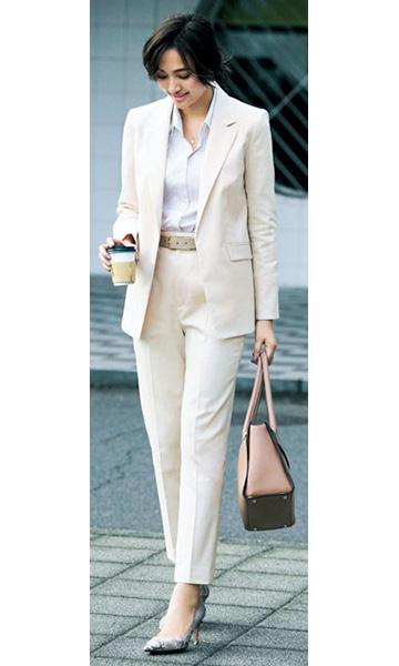 ベージュスーツ×白シャツ