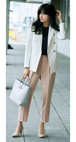 白ジャケット×ピンクの甘め配色