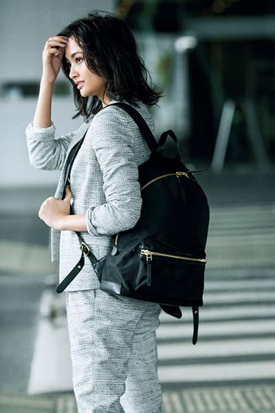 【3】グレージャケットパンツスーツ×黒リュック