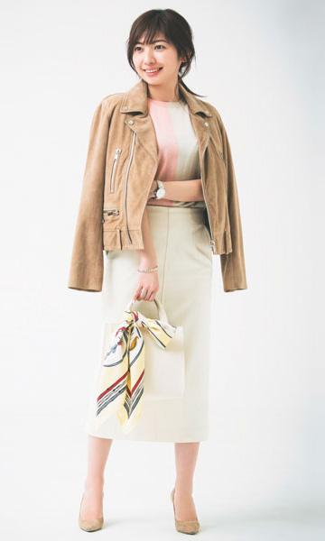【6】ベージュのライダース×白タイトスカート×スカーフ付きバッグ