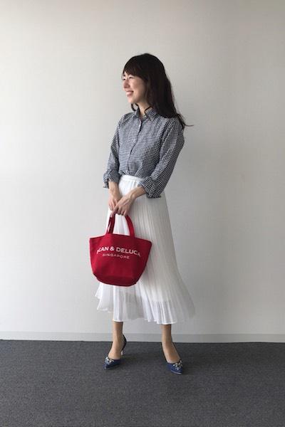 ギンガムチェック柄シャツ×白スカート