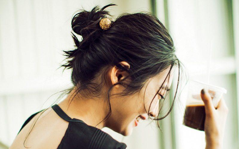 大人世代のヘアがおしゃれに決まるヘア小物でまとめ髪をアップデート