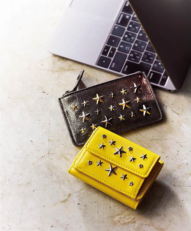 黄色のスタッズ付きミニ財布・ブランド:ジミー チュウ