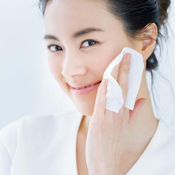 顔全体と首筋を拭き取る