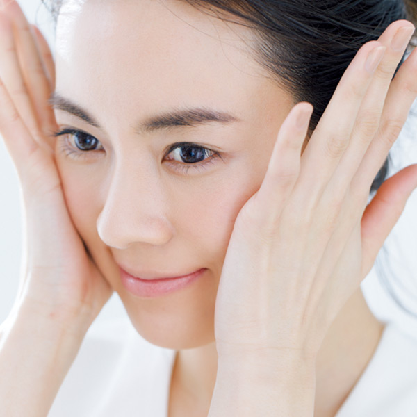 ぬらした顔にのせ、全体をマッサージするように洗う