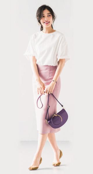 白Tシャツ×ピンクタイトスカート×パープルバッグ