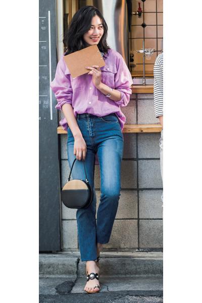 薄い紫シャツ×デニムパンツ