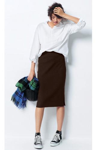 ダークブラウンタイトスカート×白シャツ