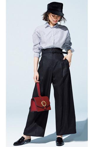 ストライプシャツ×黒ワイドパンツ