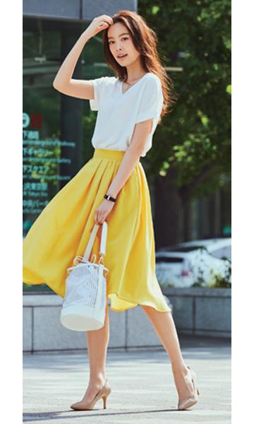 白Tシャツ×イエローフレアスカート