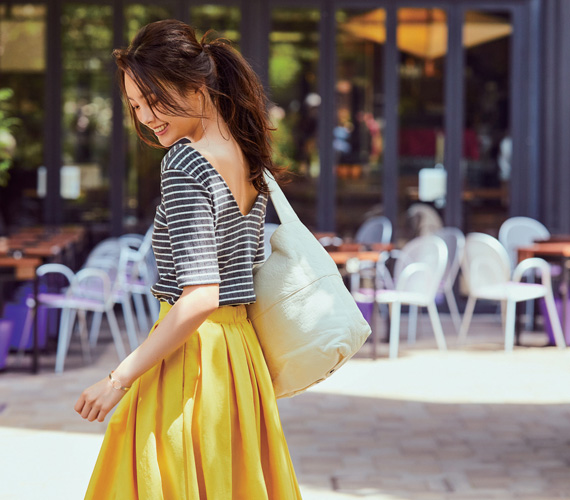 黄色スカート×チャコールグレーボーダー