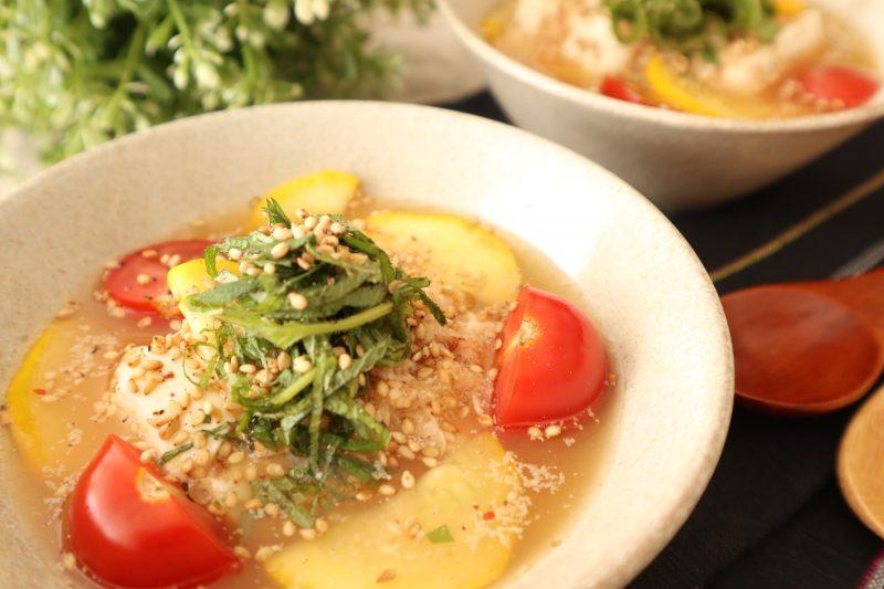 水を切ったズッキーニとミニトマト、大葉を添える