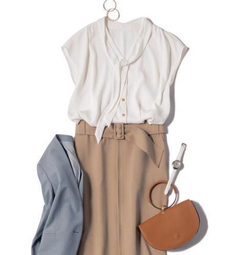 白ブラウス×ベージュスカート