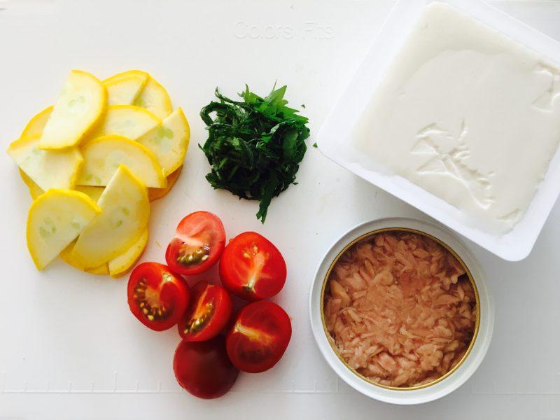 ズッキーニを薄切り、ミニトマトは2等分、大葉は千切りにする
