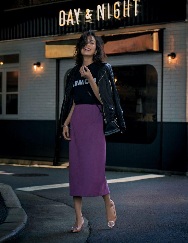 【8】黒ジャケット×紫ロングタイトスカート×ビジューパンプス