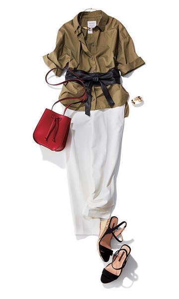 赤ショルダーバッグ×カーキシャツ×白パンツ