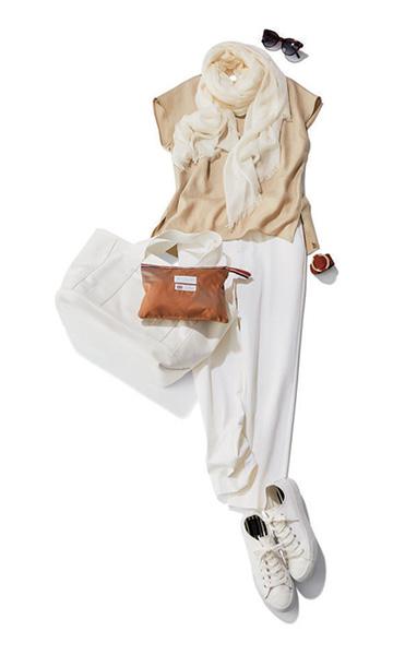 ベージュトップス×白パンツ×スニーカー