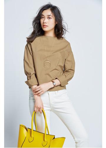 ベージュシャツ×白パンツ