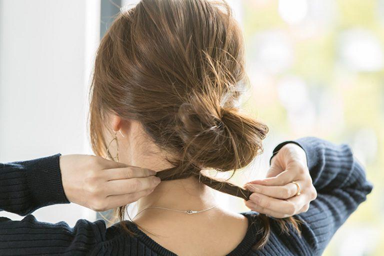 4|二つに分けた毛先を数回交差して、一つの束にする。