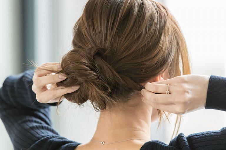 5|ひとつになった束を、ゴムを隠すように結び目の根元に巻きつける。