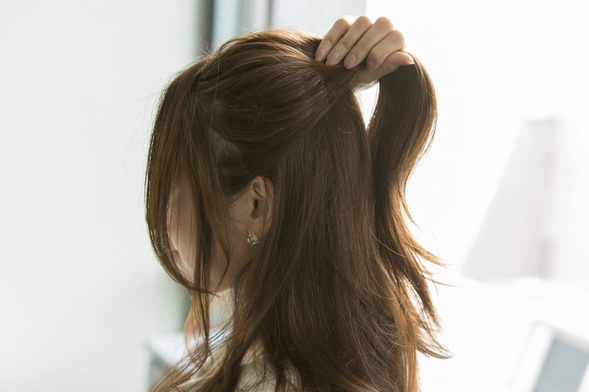 上部の髪を高めに結ぶ
