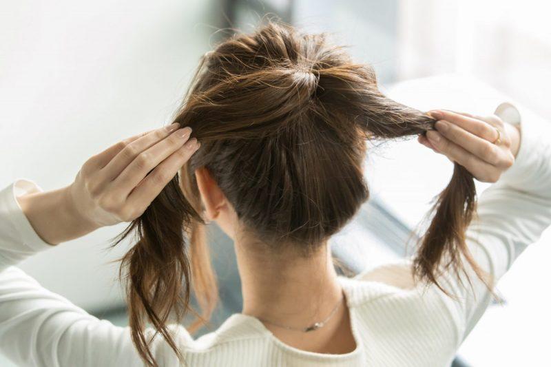 結んだ髪をふたつに分ける