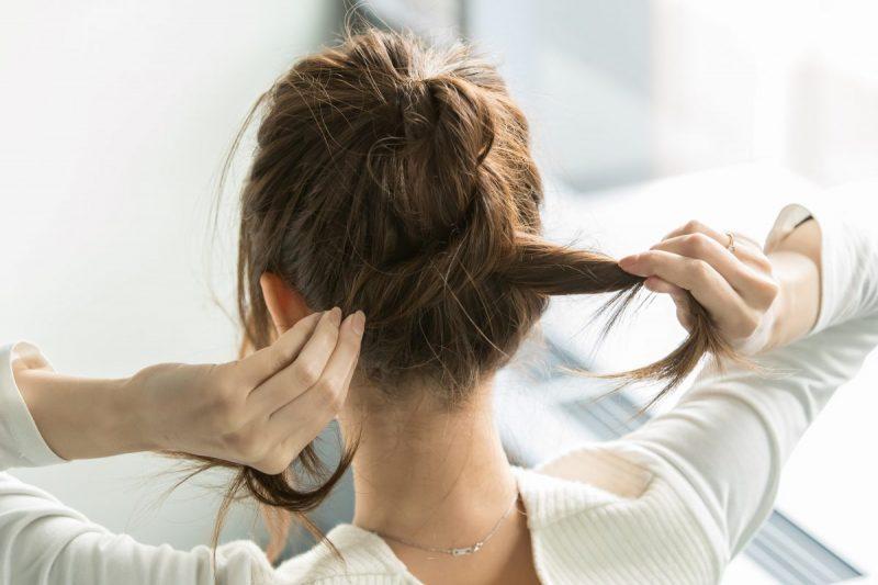 ふたつに分けた髪を数回交差して一本にする