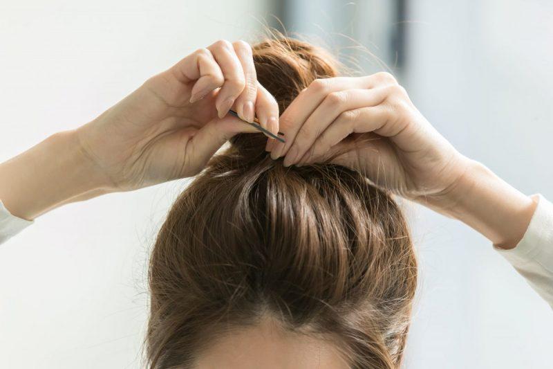 前髪をピンで留める