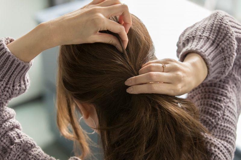 3|バランスをみて、全体的に髪を引き出す。