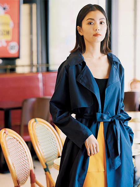 【4】ネイビートレンチ風レインコート×イエロースカート