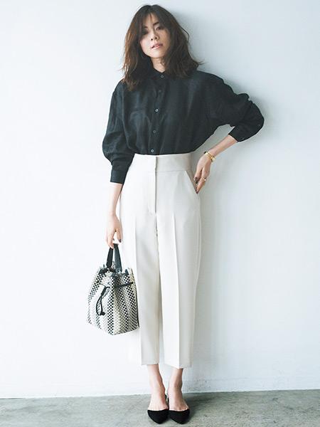 【7】黒シャツ×白ハイウエストパンツ