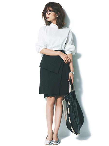 白シャツ×黒ラップ風スカートコーデ