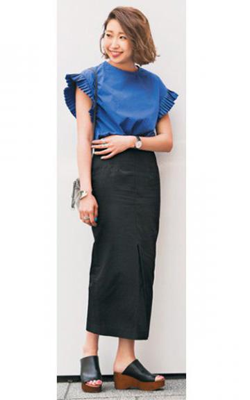 ブルーブラウス×黒マキシタイトスカート