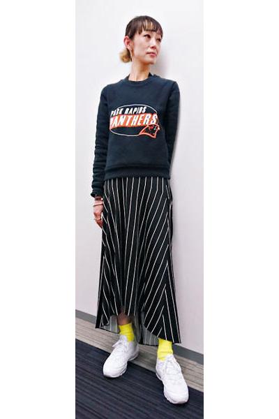 【1】黒のごついスニーカー×イエロー靴下×黒ロングスカート