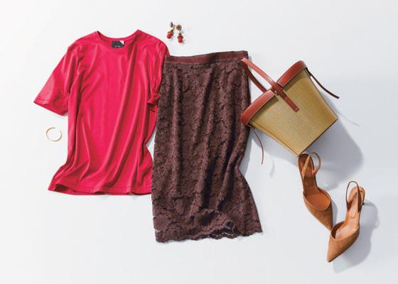 赤Tシャツ×ブラウンレースタイト