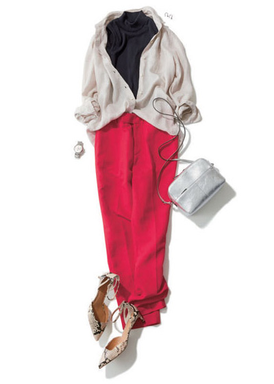 赤パンツ×ベージュシャツ×グレーニット