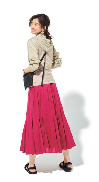 ベージュパーカー×ピンクフレアスカート
