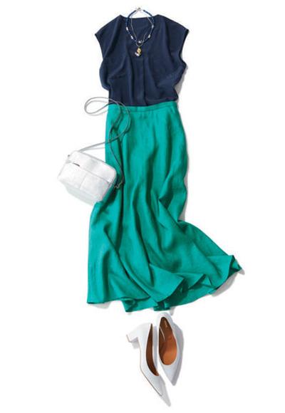 グリーンマキシスカート×白パンプス