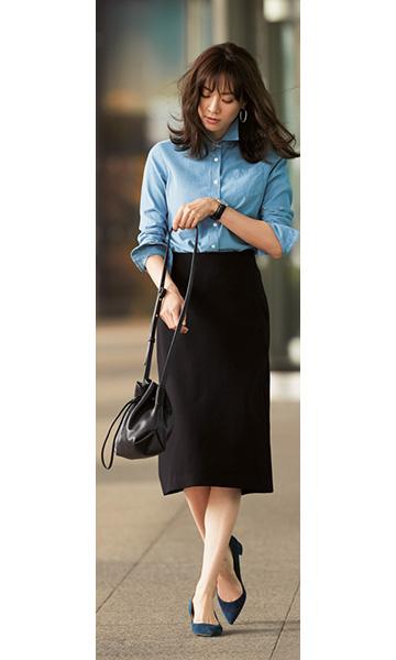 ブルーシャツ×黒タイトスカート