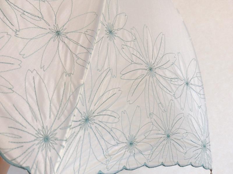 白地に水色の刺繍