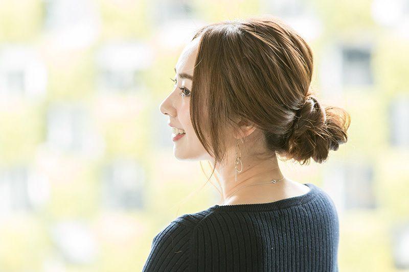 時間はかけず簡単に! まとめ髪×ロングヘア特集|仕事に集中できるアップヘアから、きれいめまとめ髪まで