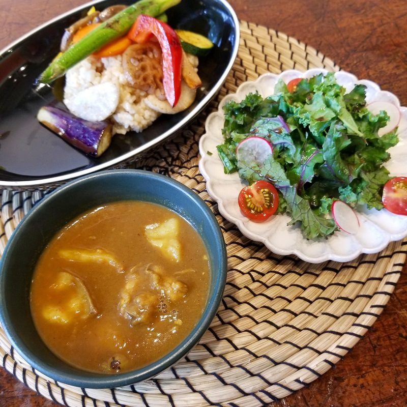 季節の野菜カレー(サラダつき)