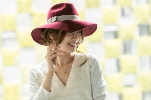 三つ編みまとめ髪ヘア×女優帽