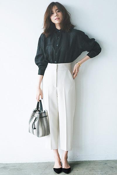 黒シャツ×白ハイウエストワイドパンツ