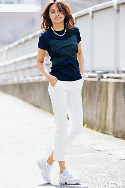 【1】白スニーカー×白スティックパンツ×ネイビー