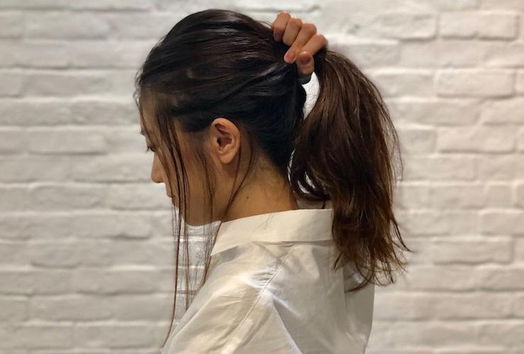 2|こめかみ、もみあげ、えりあしの3カ所からおくれ毛を出す。