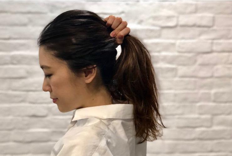 1|耳上あたりでざっくりとひとつにまとめて、ゴムでひとつ結びに。