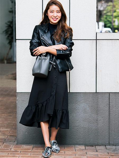 黒ライダースジャケット×黒スカート