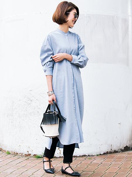 ライトブルーのシャツワンピ×黒パンツコーデ