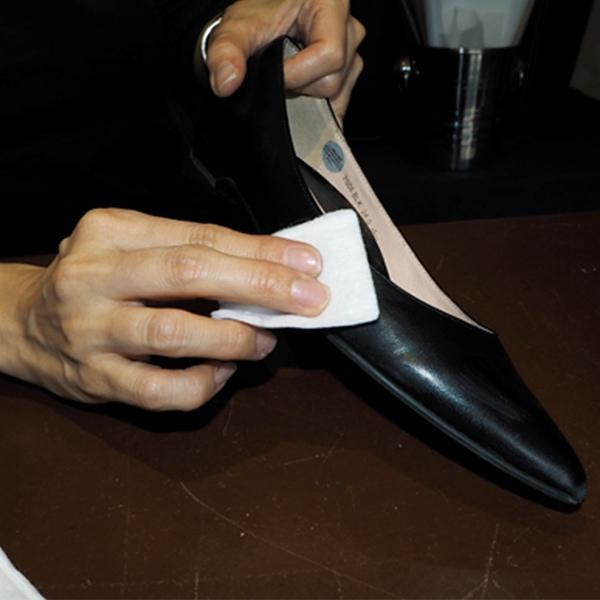 靴全体に塗り込んで